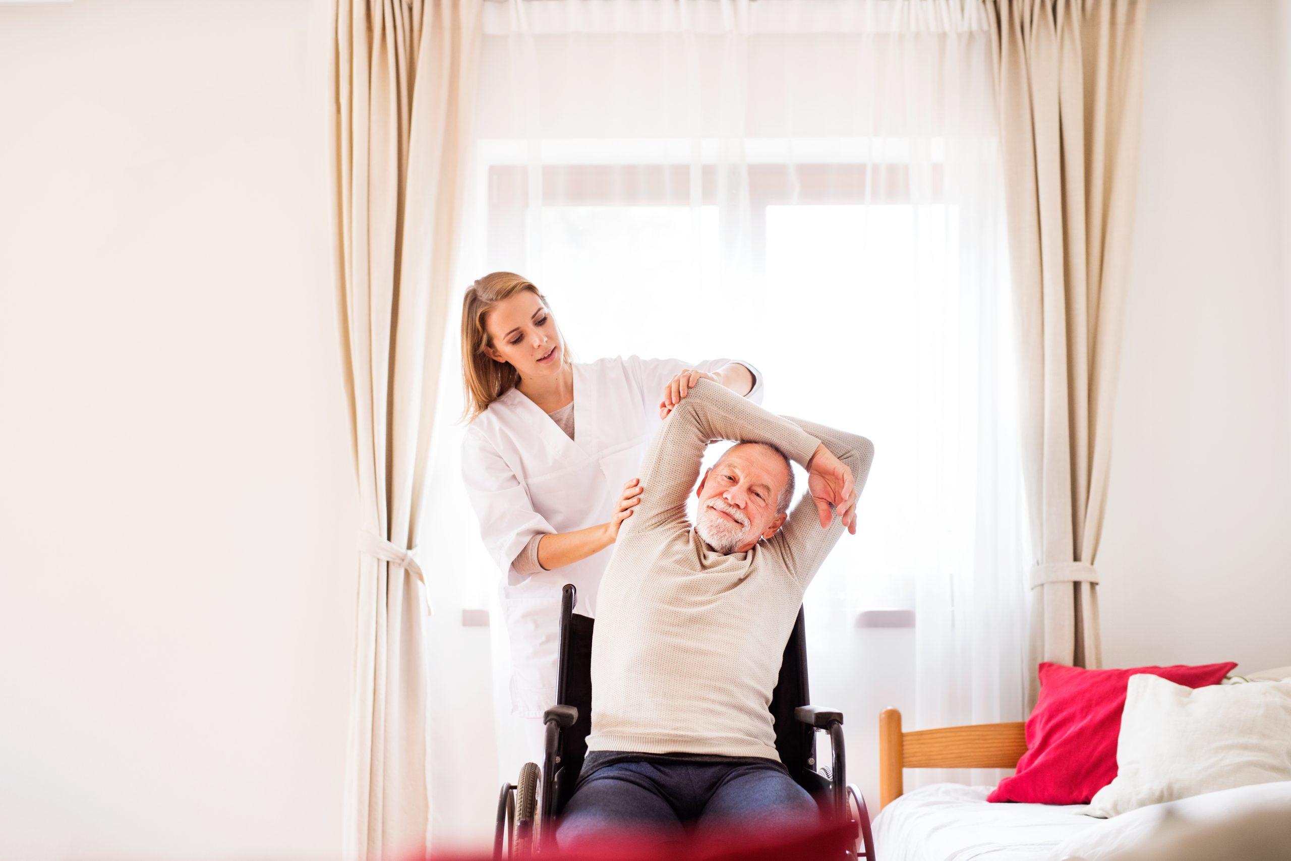 man doet bewegingsoefeningen met verpleegkundige