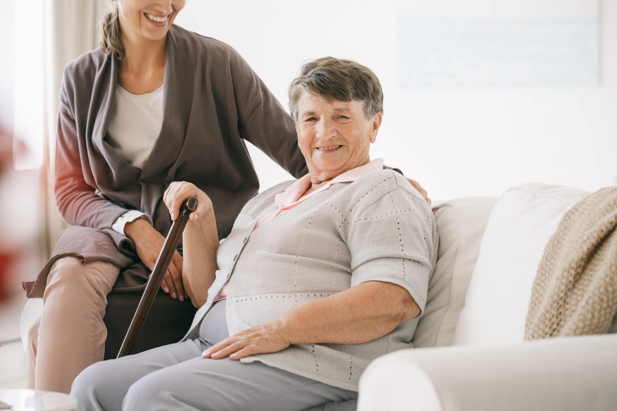 oudere vrouw krijgt verzorging van verpleegster