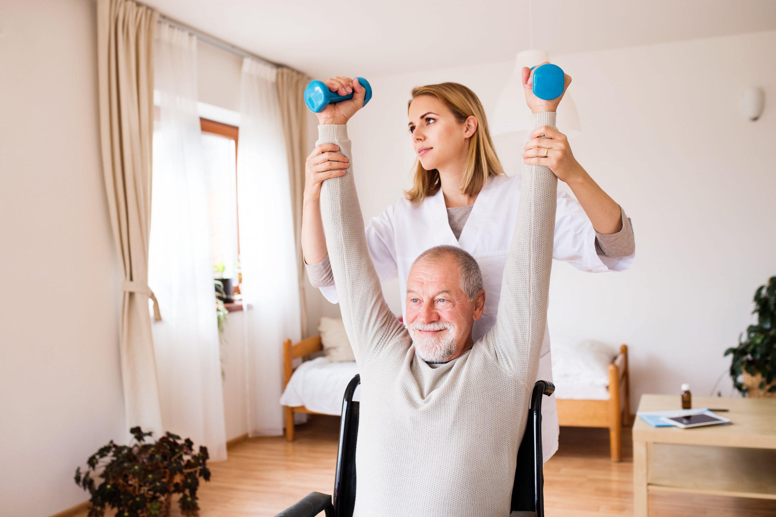 verpleegster helpt man met oefeningen